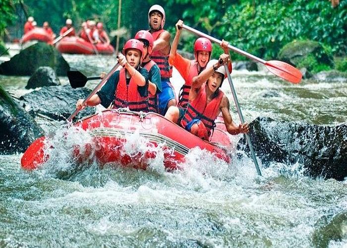 Chèo thuyền vượt thác trên sông Ayung