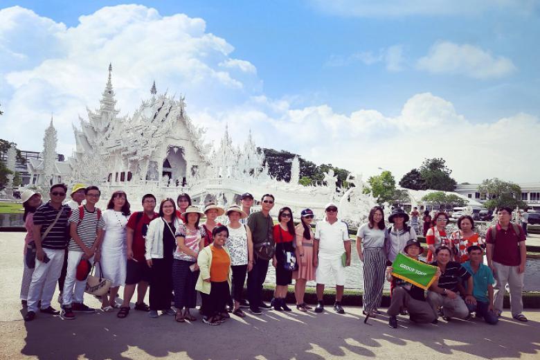 du khách tham quan chùa Trắng