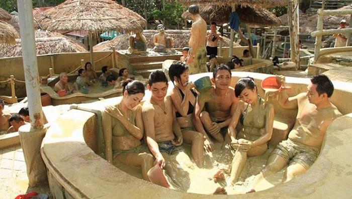 Ngâm bùn khoáng nóng với nhiều dưỡng chất tốt cho cơ thể