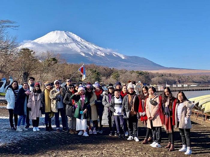 Đoàn khách tham quan Núi Phú Sĩ