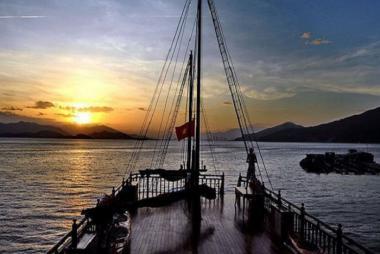 Tour Du Thuyền Emperor Ngắm Hoàng Hôn Vịnh Nha Trang