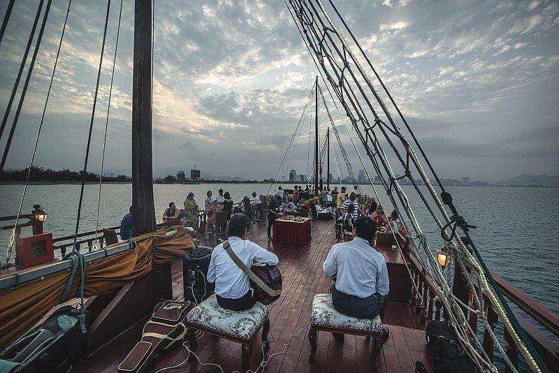 kham_pha_hoang_hon_tren_biYn_nha_trang_cung_Emperor_Cruises_14