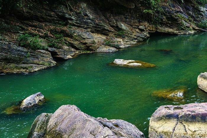 Bản Ú Phú Thọ - ngược lên đập Ú là hồ nước xanh vắt