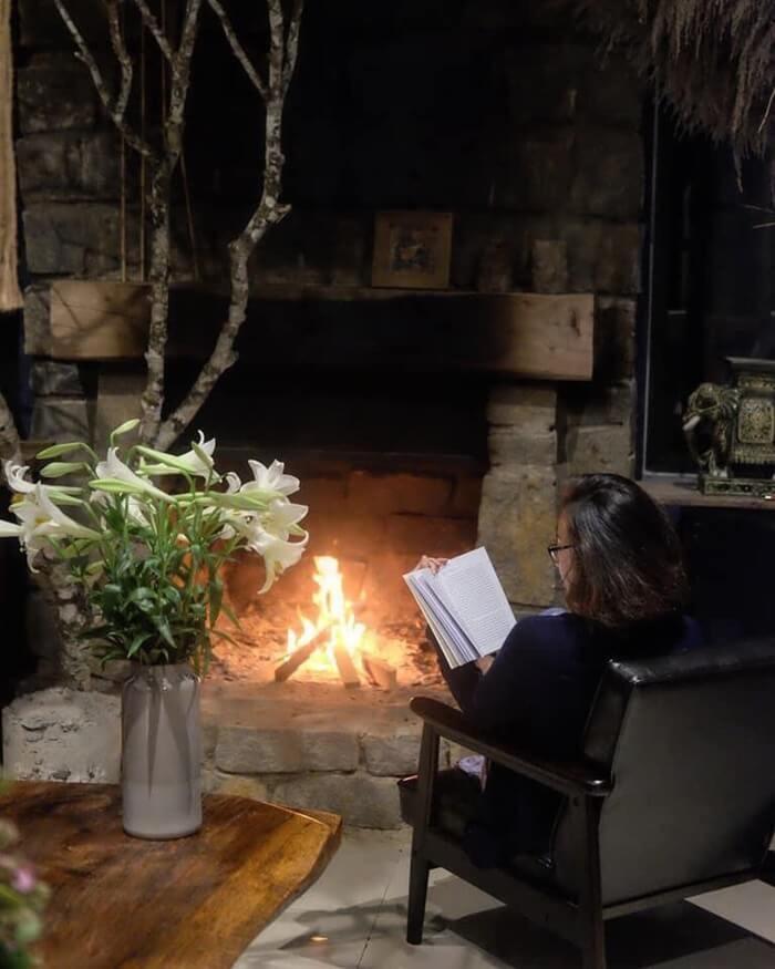 Biệt thự rừng thông Kon Tum - đọc sách bên lò sưởi
