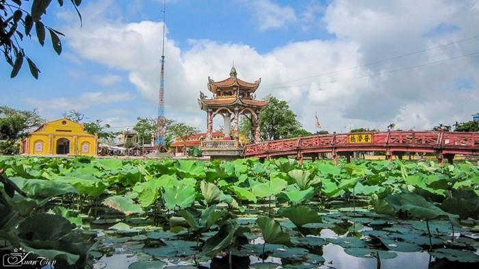 Chùa Lương Nam Định - hồ bán nguyệt