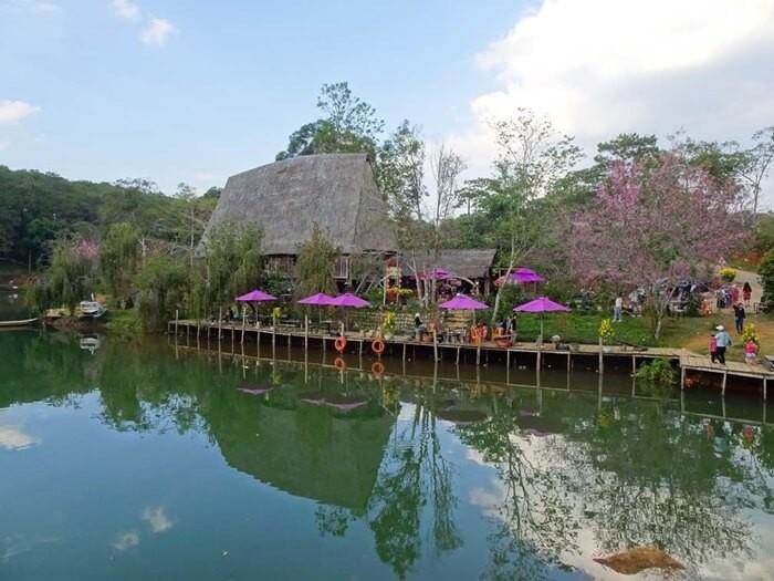 Hồ Đăk Ke nổi bật với nhà sàn, nhà Rông mái cao vút