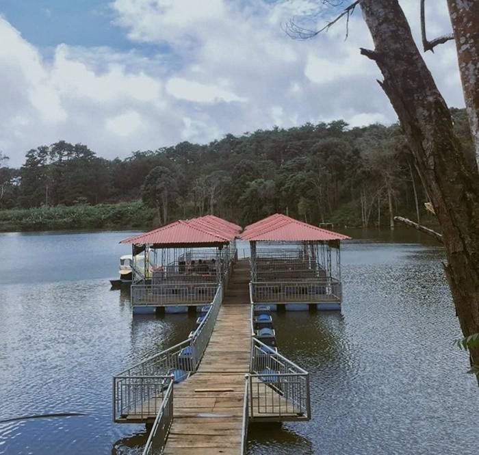 Khung cảnh đẹp như tranh vẽ bên hồ Toang Đam - cầu gỗ