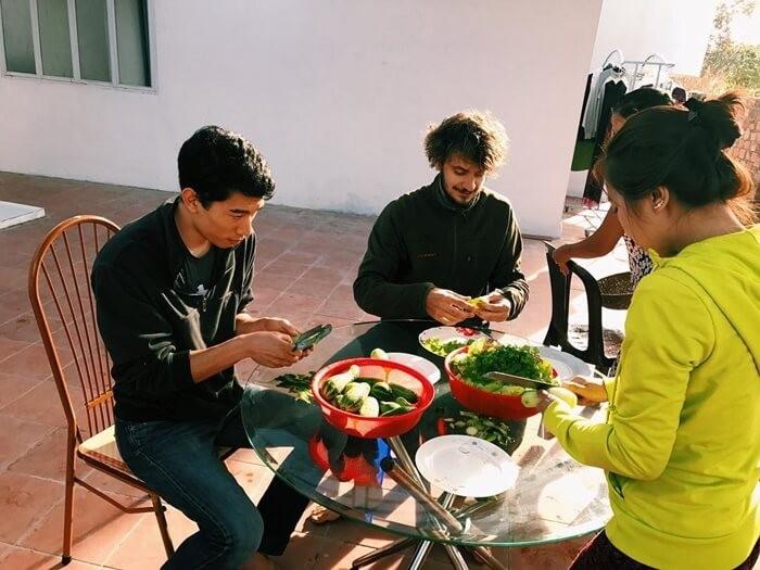 The Kon Tum garden homestay has a shared dining service