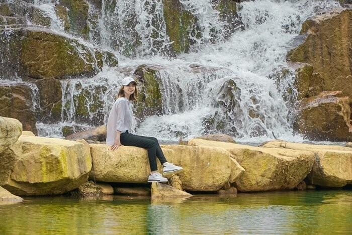 Khu du lịch Đà Lạt Tiên Cảnh - làm điệu bên thác nước
