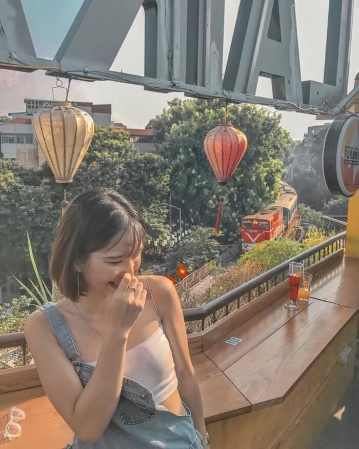 Phố đi bộ Hà Nội - cafe view tàu