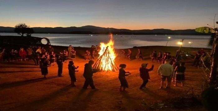 Vườn hoa Long Loi - múa cồng chiêng bên ánh lửa