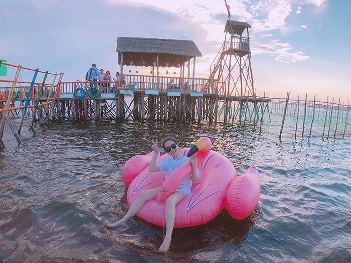 Đến đây ,bạn còn được tha hồ bơi lội vẫy vùng trong làn nước mát rượi cùng với những chiếc phao vịt khổng lồ xinh xắn.