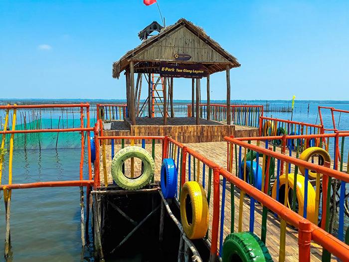 Muốn đến khu du lịch hấp dẫn nằm trong phá Tam Giang bạn phải di chuyển bằng thuyền.