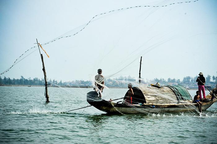 Cuộc sống mưu sinh hàng ngày của người dân nơi phá Tam Giang Huế.