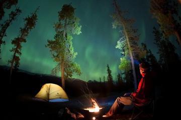 Ngắm bắc cực quang lộng lẫy ở dãy núi Rocky Canada