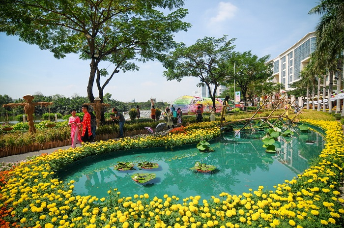 The place to play the Lunar New Year in Saigon - the spring flower market