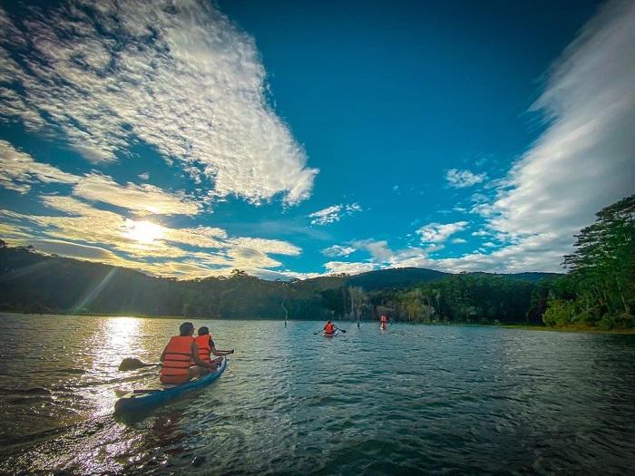 địa điểm du lịch Đà Lạt cho gia đình - chèo thuyền hồ Tuyền Lâm