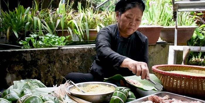 Gói bánh chưng trắng - phong tục đón Tết độc đáo của người Hà Giang