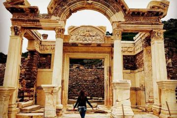 Check-in đền Hadrian ấn tượng ở thành phố cổ Ephesus Thổ Nhĩ Kỳ