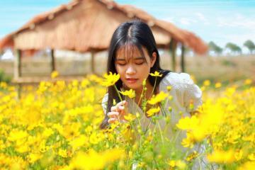 Lên đồ đẹp, thả dáng xinh bên vườn hoa bờ sông Đăk Bla, Kon Tum