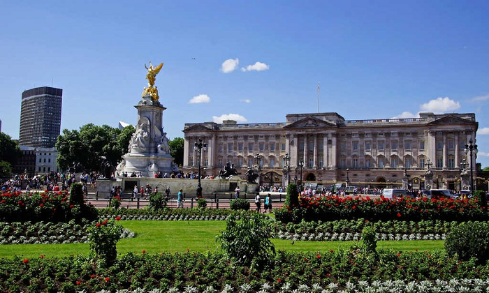 Two-story bus in London - Buckingham Palace