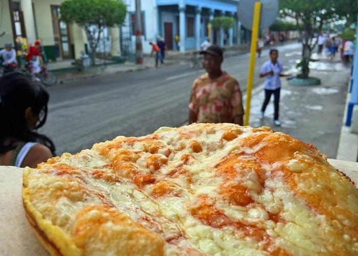 bánh pizza bay ở Cuba