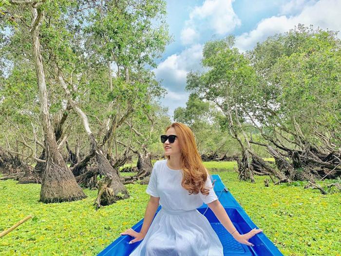 Đến rừng tràm Trà Sư nằm ngay cạnh bến tàu tổ chim, bạn còn được hòa mình vào khung cảnh thiên nhiên thơ mộng.