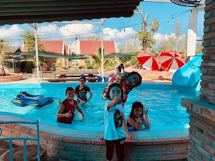 Khu du lịch làng Yến cũng có những hồ bơi - nơi vui chơi yêu thích của các bé.