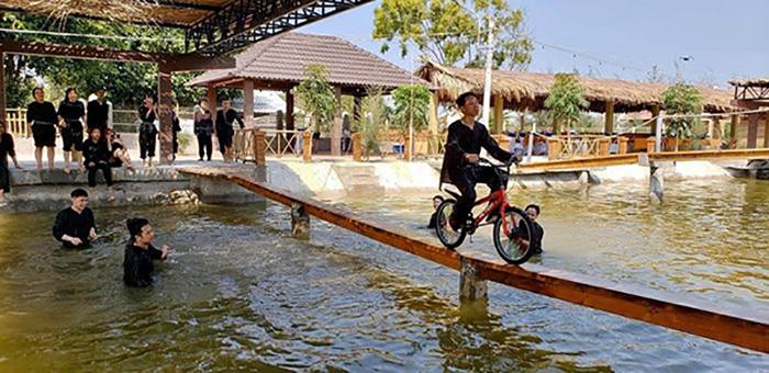 Đến làng Yến, du khách sẽ được tham gia nhiều trò chơi hấp dẫn, vui nhộn như đạp xe qua cầu ván, chèo thuyền, câu cá.