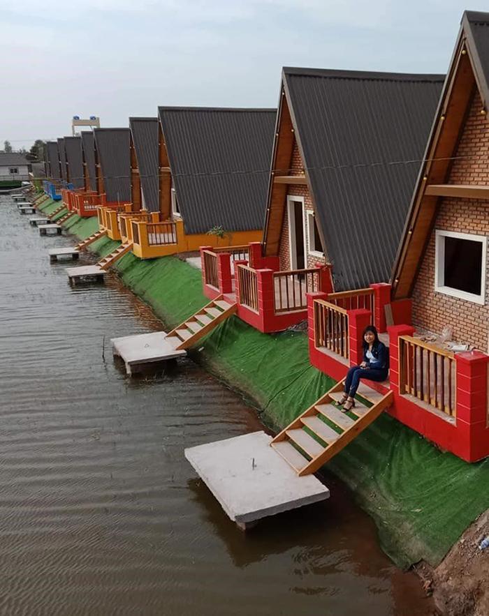 Phòng ở của làng Yến là các ngôi nhà riêng biệt được xây trên mặt nước.