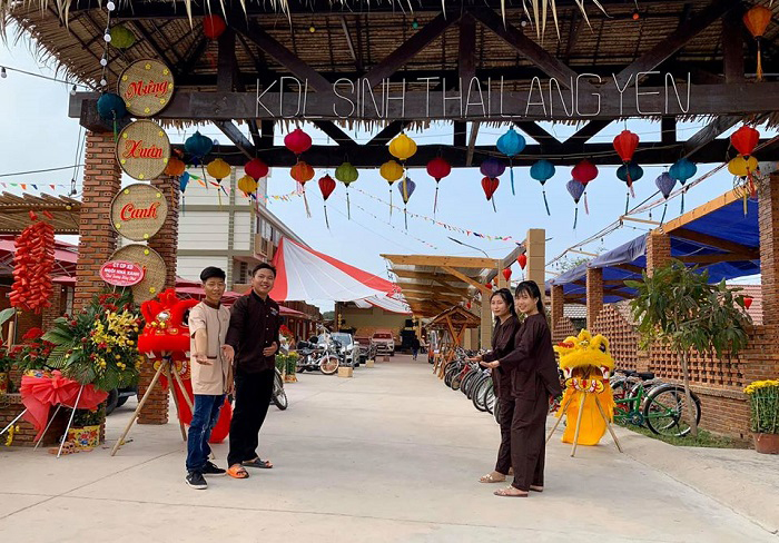 Cổng vào khu du lịch làng Yến Tiền Giang