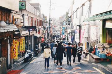 Khám phá khu phố Itaewon Seoul nổi đình nổi đám trong 'Itaewon Class'