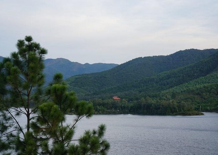 Chẳng ngờ Quảng Ninh có nhiều hồ đẹp như tranh vẽ thế này!