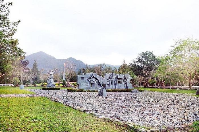 du lịch Côn Đảo chơi gì - thăm nghĩa trang Hàng Dương