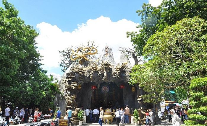 Pho Quang Tan Binh pagoda - worship in Saigon