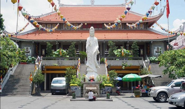 Saigon Vinh Nghiem Pagoda - the central building
