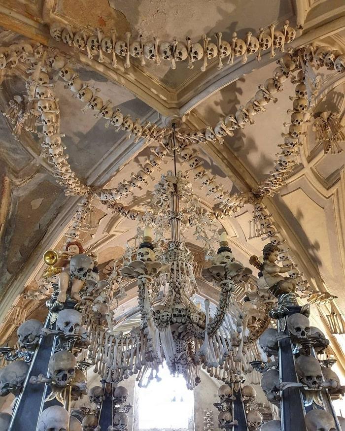 Đèn chùm - công trình nổi bật nhất tại nhà thờ Xương Người ở Séc