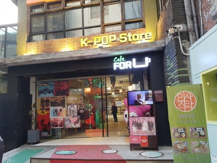 du lịch Hàn Quốc mua gì làm quà - mua đồ ở cửa hàng Kpop