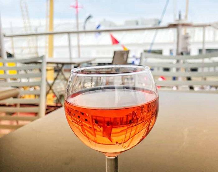 Thưởng thức rượu khai vị trên thuyền - Những hoạt động tham quan ở La Rochelle