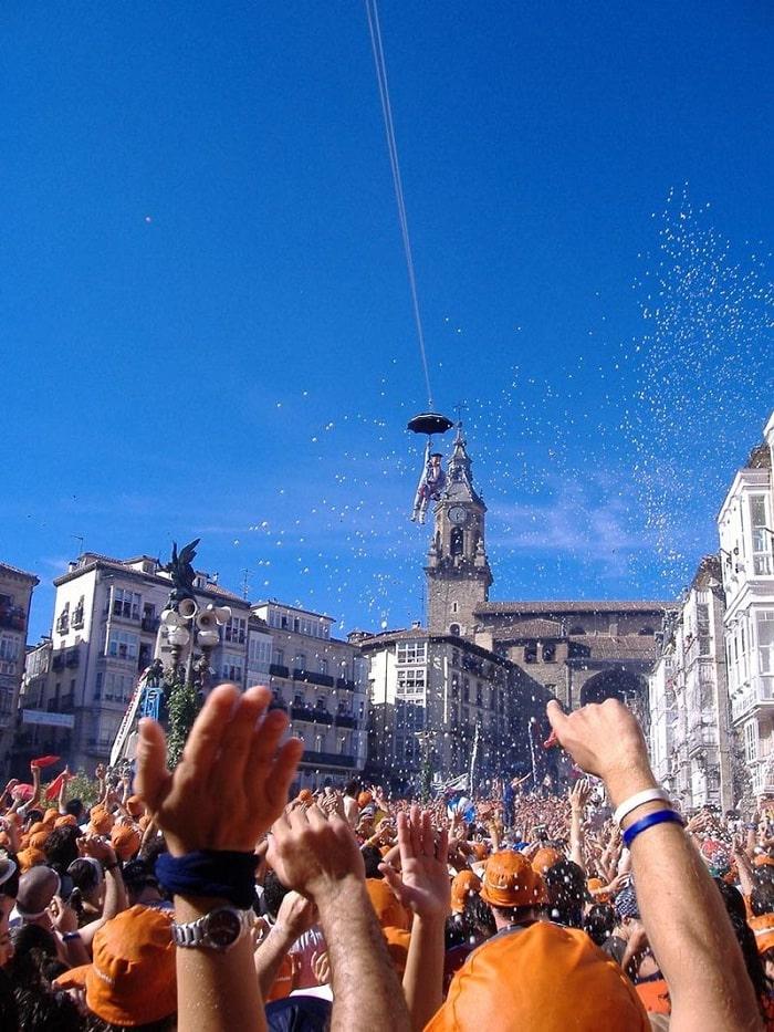 lễ hội - hoạt động hấp dẫn tại quảng trường Plaza de la Virgen ở Valencia
