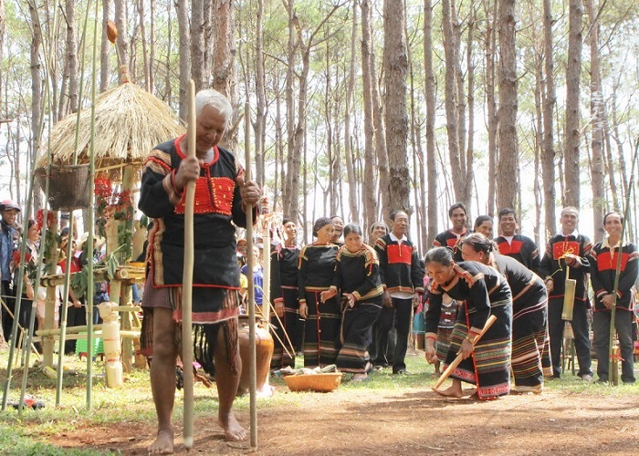 Festivals in Kon Tum are the most unique - special Ba Na village land offerings