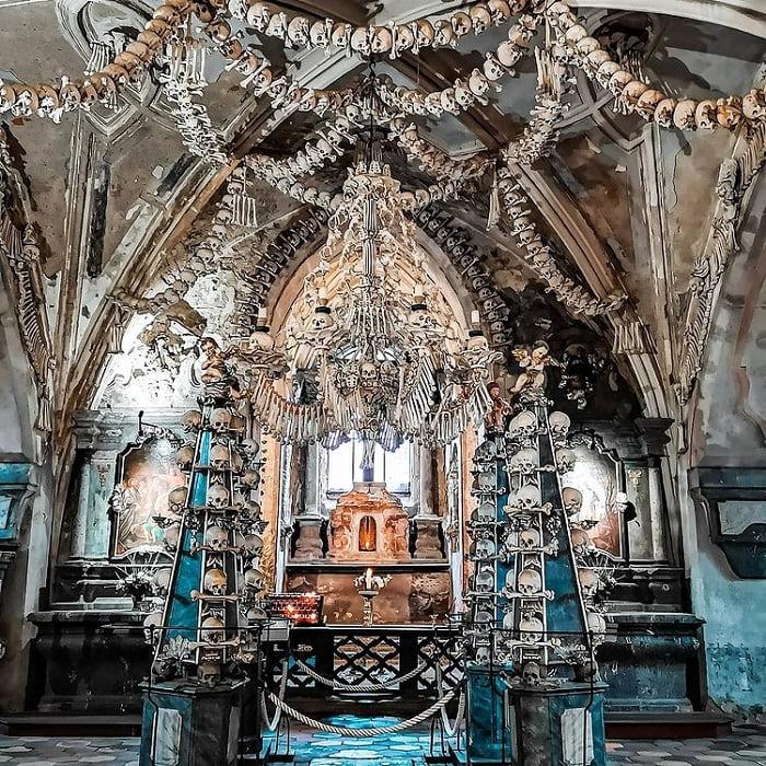 tất cả đều được làm bằng xương - điểm nhấn của nhà thờ Xương Người ở Séc
