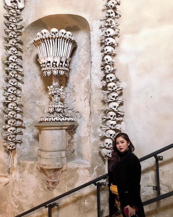 xương trang trí lối vào - điểm đặc sắc của nhà thờ Xương Người ở Séc