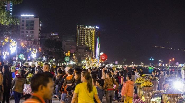 Bach Dang Walking Street - a night tourist spot in Da Nang can not be missed