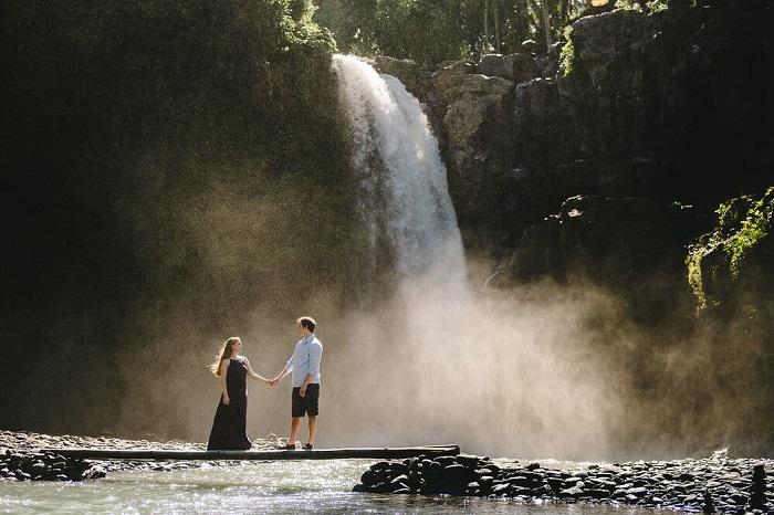 Tạo dáng dưới chân thác Tegenungan - Những nơi đẹp nhất để chụp ảnh ở Bali