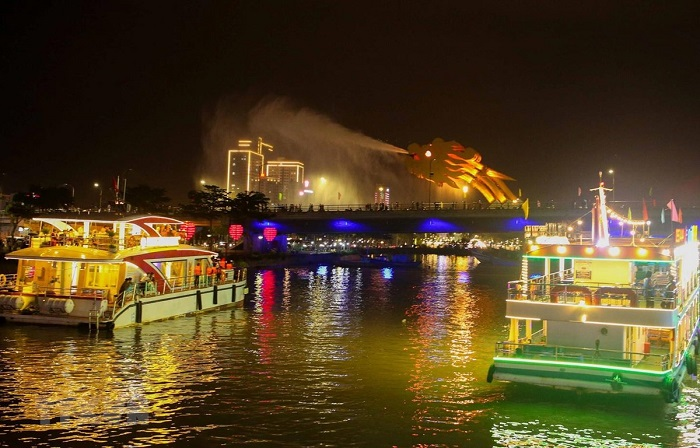 Han River - night tourist destination in Da Nang can not be missed