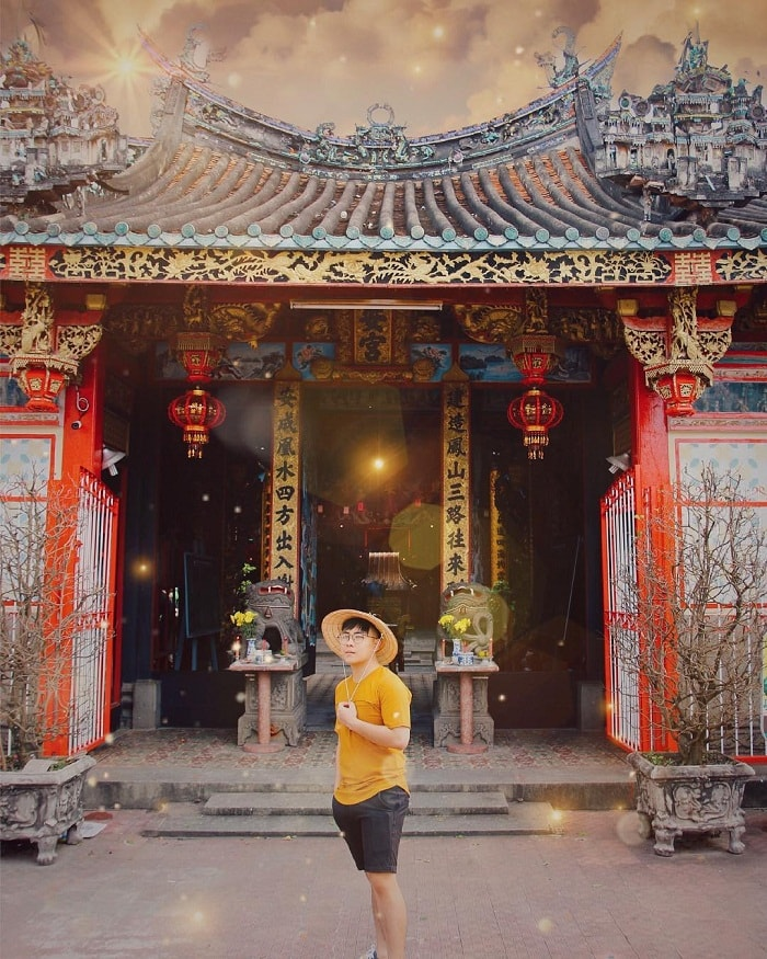 Check in voyeuristic temple Kien An Cung ancient and sacred