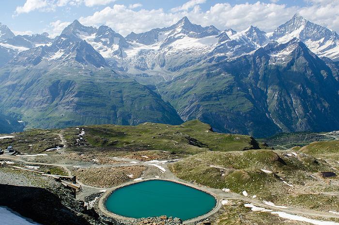 Bước chân đi qua các ngọn núi, du khách sẽ được chiêm ngưỡng nét đẹp ngoạn mục của các hồ nước thanh bình nép mình giữa những vách đá dựng đứng.