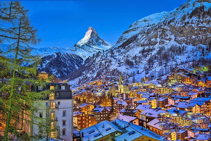 Zermatt rất nổi tiếng với nhiều khu trượt tuyết cũng như các dịch vụ nghỉ dưỡng quanh thị trấn xinh đẹp này