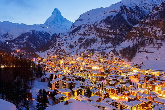 Từ đài quan sát, bạn có thể tham quan những cảnh quan hiếm có của châu Âu, bao gồm cả ngọn núi cao nhất của dãy núi Alps hay Mont Blanc ở Pháp.